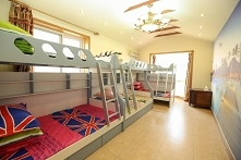 Łóżka piętrowe.