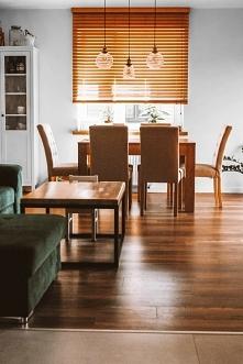 Żaluzje bambusowe w kolorze Graham w salonie  Montowane pod sufitem, dzięki c...