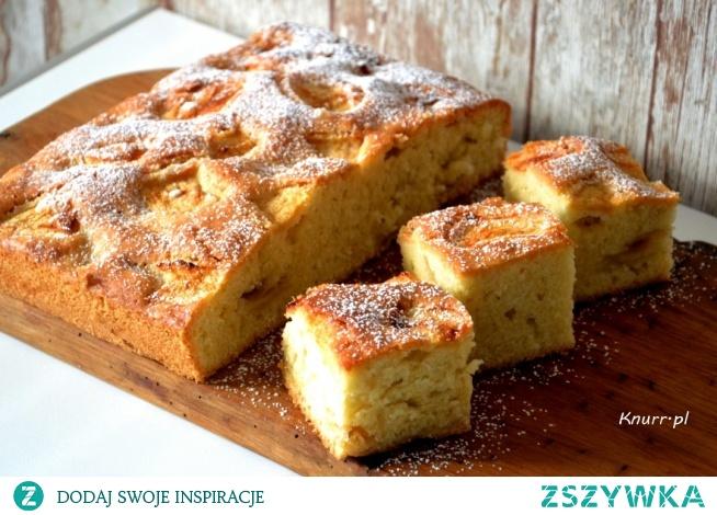 Szybkie ciasto z jabłkami Puszyste ciasto z kawałkami jabłek. Prosty przepis ze składników, które przeważnie zawsze masz w kuchni, a więc do dzieła!