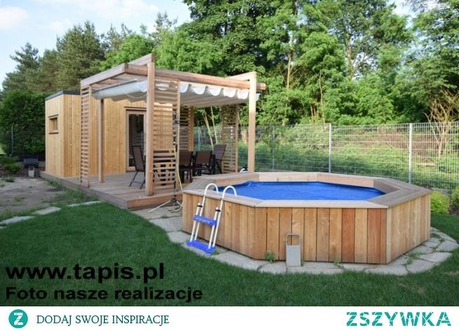Basen ogrodowy w zabudowie drewnianej wraz z tarasem, altaną i domkiem saunowym.