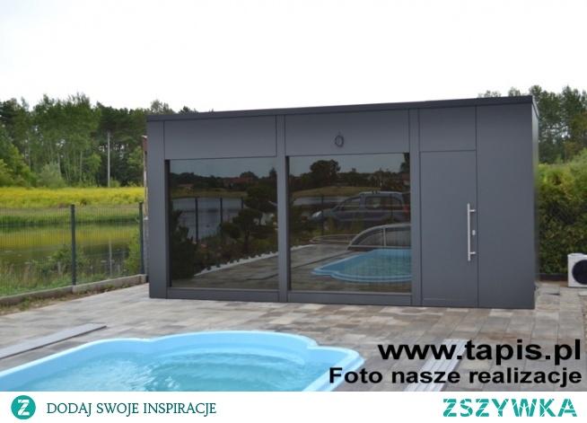 Domek saunowy FORNAX z pomieszczeniem relaksacyjnym i sauną powiększony o niewielkie pomieszczenie gospodarcze. Producent: TAPIS.PL