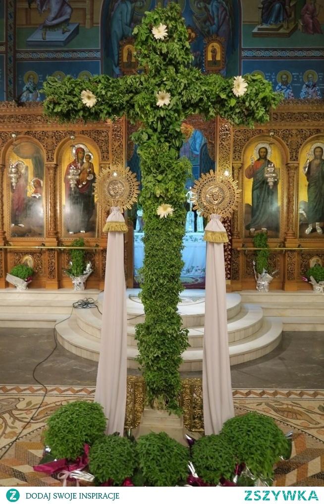 Bazyliowy pachnący krzyż w kościele prawosławnym z okazji dnia krzyża.