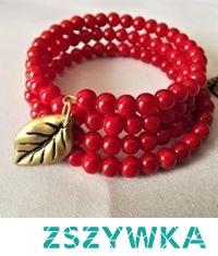 Czerwona bransoletka na drucie pamięciowym.