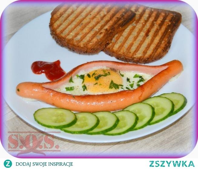 Parówkowe łódeczki to bardzo fajny pomysł na śniadanko – są łatwe, niedrogie i ładnie wyglądają na talerzu;)