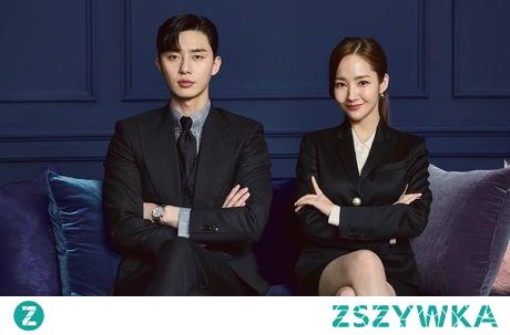 What's Wrong With Secretary Kim?  Lee Young Joon jest wiceprezesem firmy prowadzonej przez jego rodzinę. Mężczyzna jest bogaty, inteligentny i przystojny. Wydawać by się mogło, że to chodzący ideał, gdyby nie to, że jest zwykłym narcyzem. Lee Young Joon jest tak skupiony na sobie, że często nie poznaje nawet ludzi przebywających w jego otoczeniu. Wyjątkiem jest jego sekretarka Kim Mi So, która dzięki swojej anielskiej cierpliwości współpracuje z narcystycznym wiceprezesem już od dziewięciu lat. Jednakże każda cierpliwość kiedyś się kończy, szczególnie gdy zegar biologiczny tyka. Sekretarka Kim, mając już dość swojego frustrującego pracodawcy i chcąc założyć rodzinę, postanawia zrezygnować z pracy. Jednakże okazuje się, że przy takim szefie nie jest łatwo nawet złożyć rezygnację. Czy sekretarce Kim uda się w końcu odejść z pracy? A może między nią a jej szefem zaiskrzy? Jaki wpływ na to będzie mieć tajemnica z przeszłości? ~dramaqueen