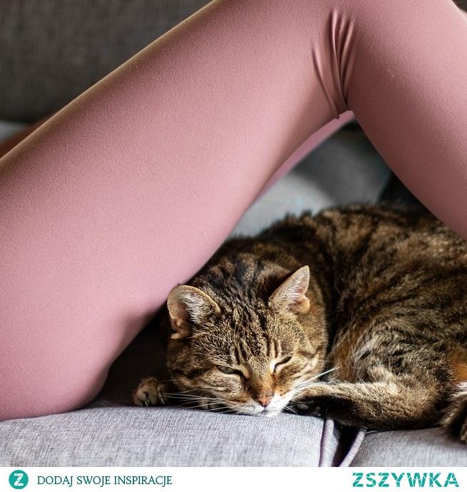 Leginsy Soft Touch to prosty fason, o sprawdzonym kroju. Szeroki i wysoki stan gwarantuje pewność nawet podczas najbardziej wymagającego treningu, a miękko otulający ciało materiał sprawia wrażenie drugiej skóry.