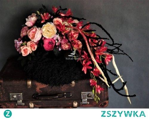 Dekoracja na grób z różowymi kwiatami