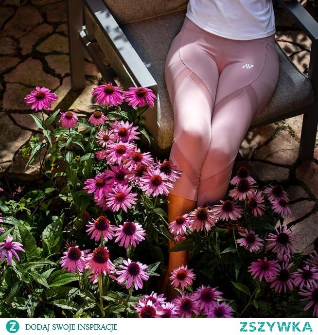 Leginsy Pink Shade cechuje wysoka jakość wykończenia, praktyczność i niezwykle kobiecy charakter. Dwie kieszenie umieszczone na bokach leginsów sprawdzą się do przechowania telefonu czy portfela, natomiast mniejsza kieszonka wszyta z tyłu jest idealna na klucze.