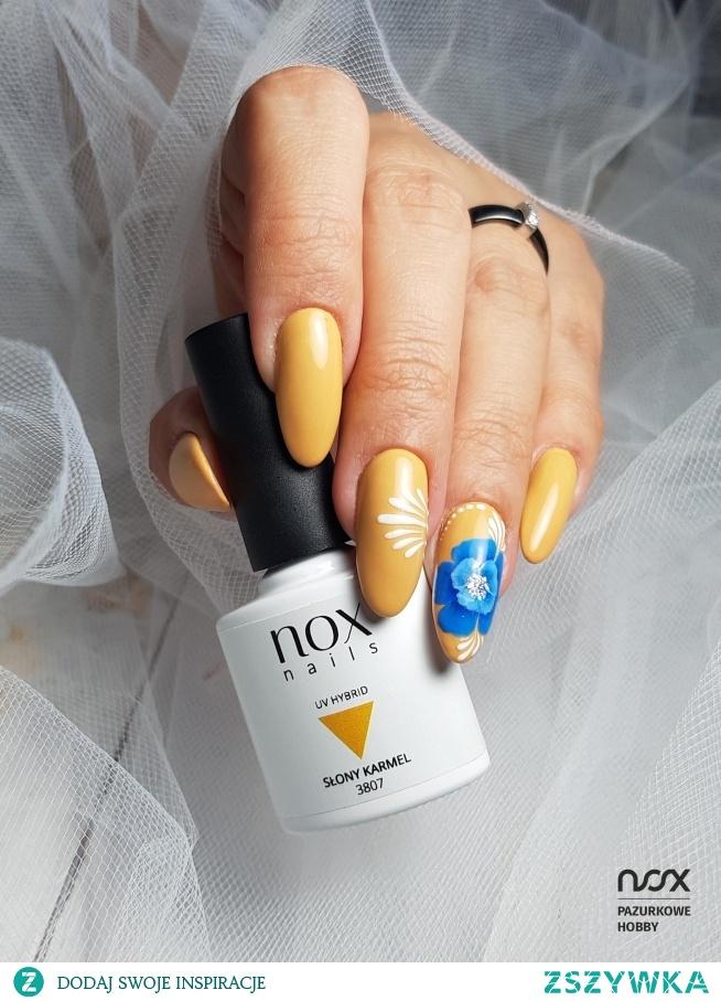 Jesień to idealny moment na wykorzystanie orzechowych kolorków, a takim bez wątpienia jest Słony Karmel! Jak Wam się podoba w połączeniu z pięknym kwiatem? Dajcie znać!