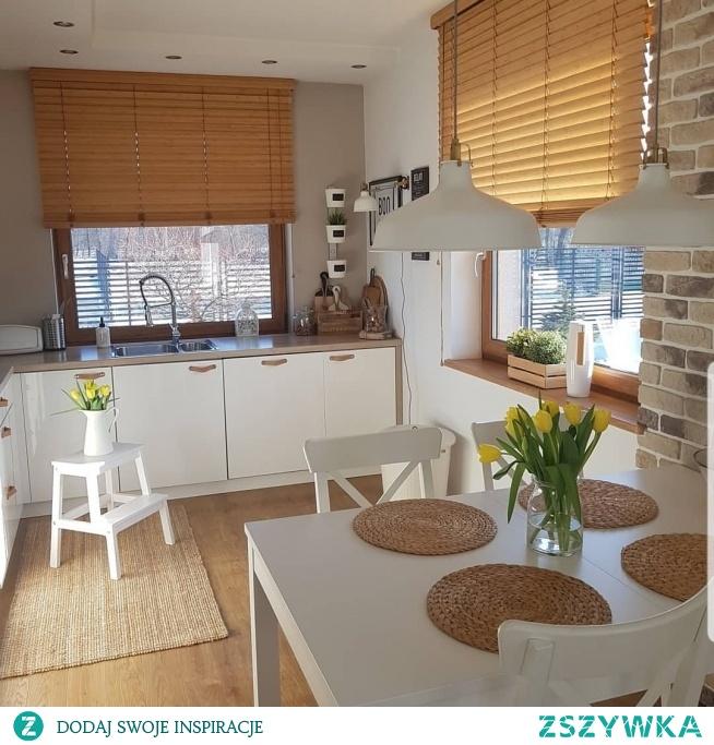 Nasze żaluzje bambusowe w kolorze Graham dekorują okna w pięknej kuchni agnes.home (profil na Instagramie) Żaluzje, rolety i dekoracje domu znajdziesz na NASZE DOMOWE PIELESZE