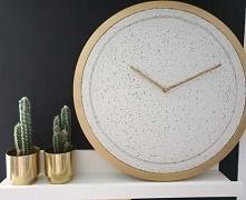 Naturalny i minimalistyczny  zegar ścienny wprowadza do wnętrz nowoczesną elegancję. Delikatnie porowata tekstura wykończona subtelnie zarysowaną strukturą drewna to nasz finezy...
