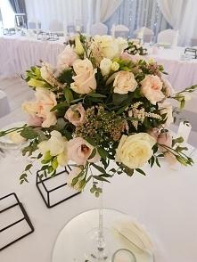 Bukiet na stół okrągły. Ślub w barwach pudrowego różu oraz łososiowego. @L...