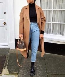 Jesienna stylizacja z beżowym płaszczem i jeansami mom fit