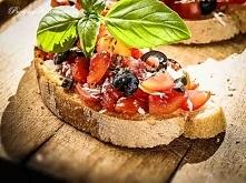 Bruschetta z pomidorami i o...