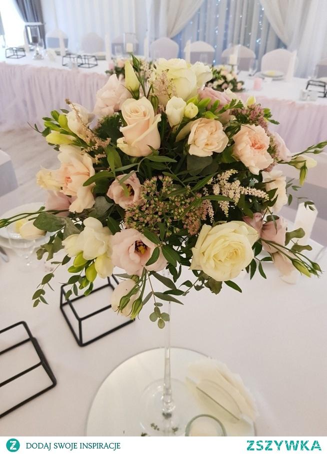 Bukiet na stół okrągły. Ślub w barwach pudrowego różu oraz łososiowego.