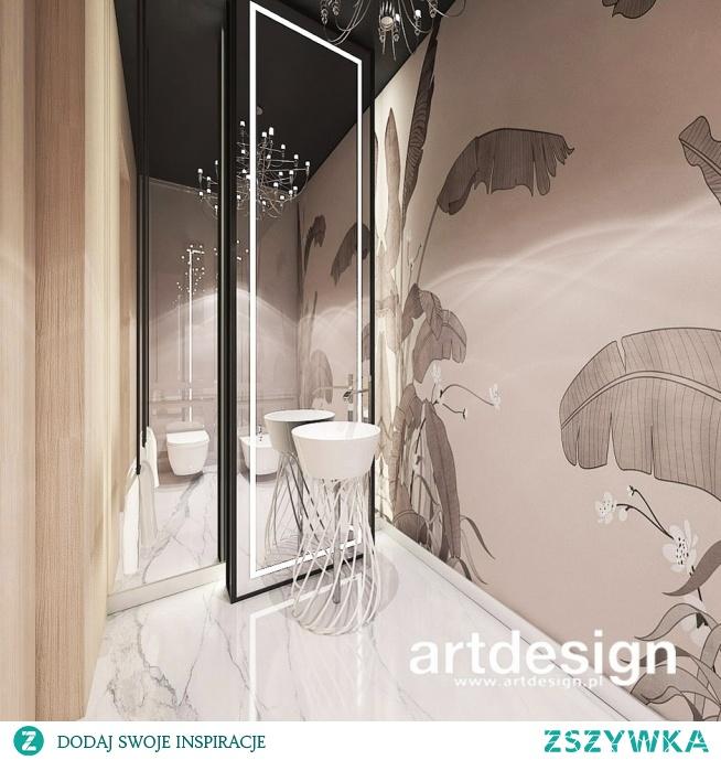 Elegancka łazienka z dekoracyjną tapetą, żyrandolem i oryginalną umywalką wolnostojącą | POWER OF DESIGN | Wnętrza domu