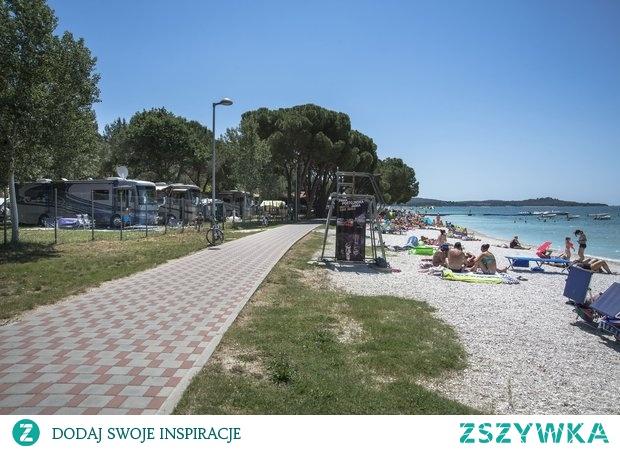Lubisz kempingi? bi village to chorwacki kemping, z własną plażą i basenem, obok miasta Fazana. Więcej na stronie Camprest!