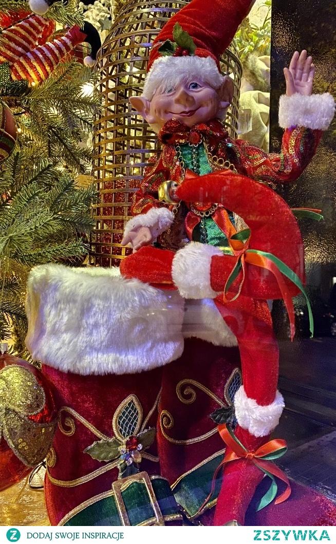 Elf wita i żegna z kolorowej wystawy. Późną porą wieczorem z wczesnym święta idą...ale pięknie z ulicy wygląda.