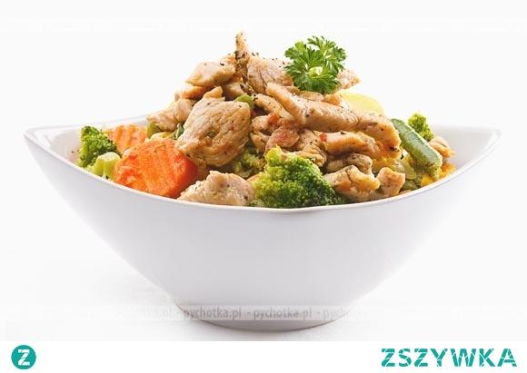Smażony kurczak z brokułami i marchewką