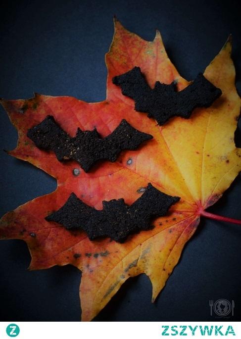 Mroczne keto czarne ciastka są idealną przekąską na Halloween! Zróbcie je w kształcie dyni, nietoperza czy wiedźmy, aby były jeszcze bardziej klimatyczne!