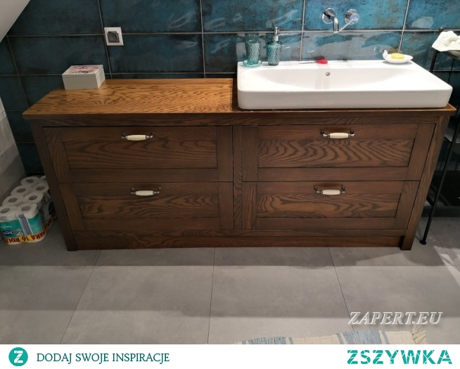 Szafka łazienkowa wykonana z drewna
