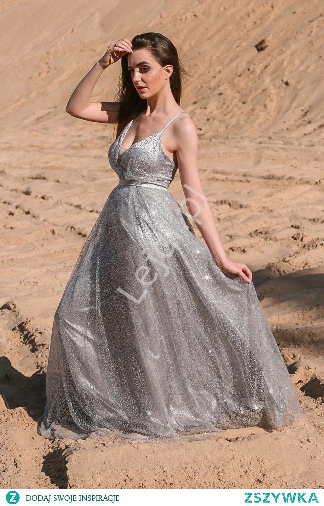 Długa suknia brokatowa w srebrnym kolorze z odkrytymi plecami. lejdi.pl