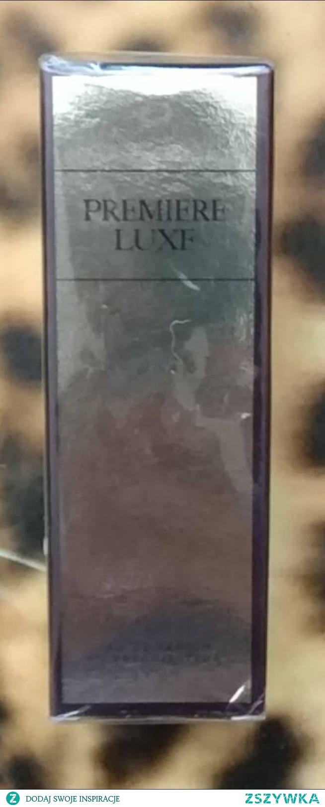 Mam do sprzedania nowe zafoliowaną Woda perfumowana Premiere Luxe dla Niej 30 ml  Luksusowe perfumy Ciepła, bogata kompozycja na chodne dni, z nutami czarnej porzeczki, jaśminu i magnolii oraz luksusowymi akordami drzewa sandałowego.  Kategoria: kwiatowo - szyprowa  Główne nuty zapachowe: magnolia, jaśmin, gardenia  Nuty głowy: czarna porzeczka, granat, grejpfrut Nuty serca: magnolia, gardenia, jaśmin Nuty bazy: drzewo sandałowe, paczula, pralina  Otul się elegancją i luksusem Premiere Luxe. Podkreśl swoją atrakcyjność i zmysłową, kobiecą naturę. Niezwykła elegancja, szyk i zmysłowość kobiecości posłużyły za inspirację do stworzenia tego luksusowego damskiego zapachu. Premiere Luxe skomponowaliśmy bazując na magii trzech drogocennych kwiatów, które swoją egzotycznością nadały zapachowi unikalnego charakteru.  Dla kogo? Premiere Luxe uwydatni Twój urok, elegancję i podkreśli kobiecość. Roztoczy uwodzicielską aurę ekstrawagancji i luksusu, której ciężko będzie się oprzeć. To zapach na specjalne okazje.  Jak pachnie? Już od pierwszych chwil zapach Premiere Luxe przykuje Twoją uwagę egzotycznym aromatem magnolii. Zakamarki serca perfum odkryje przed Tobą kusząca woń jaśminu oraz świeżość i słodycz gardenii. Orientalne akordy drzewa sandałowego zatopią całą kompozycję w głębi tej luksusowej woni.
