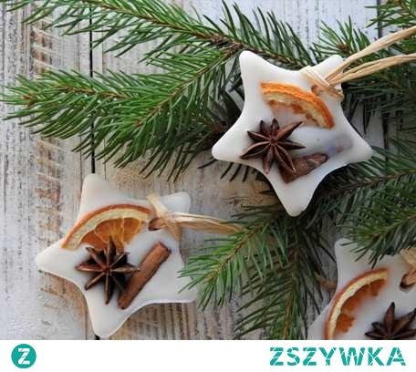 PACHNĄCE GWIAZDKI- ZAWIESZKI NA CHOINKĘ  Pachnące, ręcznie robione, zdobione suszem korzennym zawieszki na choinkę w kształcie gwiazdek, które nie tylko ją przystroją, ale także sprawią, że będzie pięknie pachnieć. Wykonane z wosku rzepakowego  o ciepłym, otulający zapachu dojrzałej śliwy i tuberozy, doprawionej goździkami i cynamonem z nutą słodkiej mandarynki. Do kupienia na naszej stronie internetowej.
