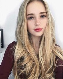 dziewczyna z blond włosami