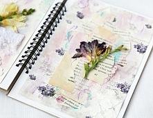 Art journal z fioletach z suszonymi kwiatami