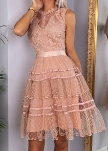 Kliknij w zdjęcie by przejść do produktu CHLOE - Koronkowa sukienka z falbanami różowa
