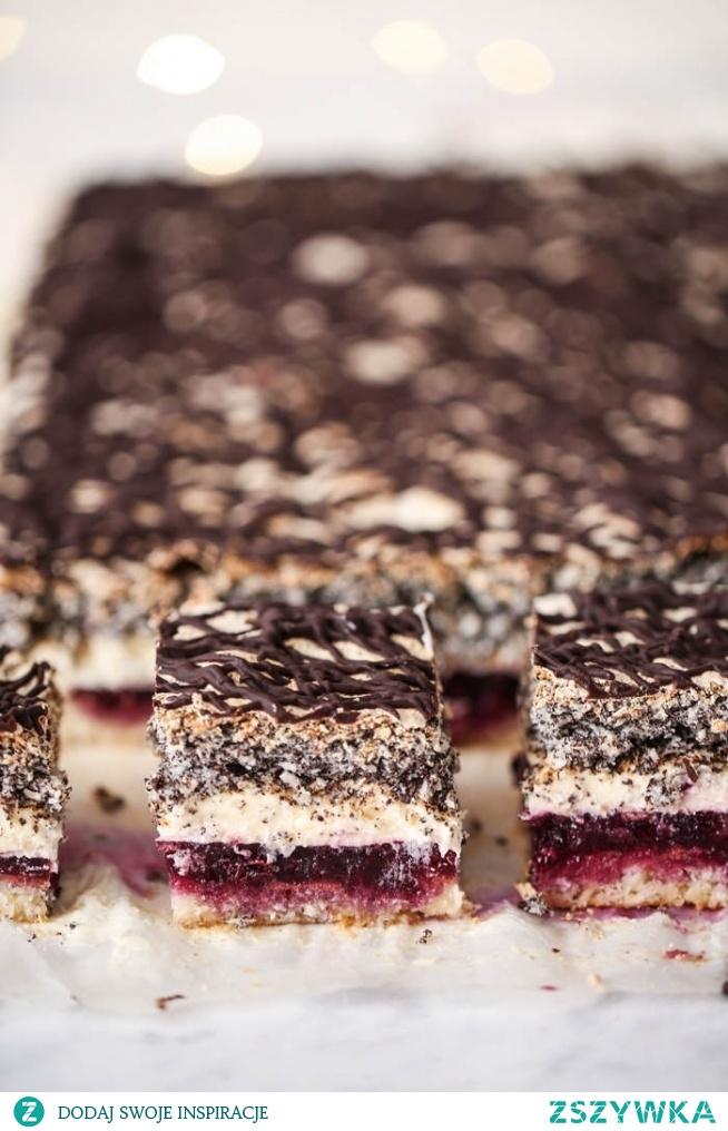Ciasto Biskup -delikatny biszkopt z aksamitnym kremem budyniowym, kokosowo-makową bezą zwieńczoną czekoladową polewą, a całość przełamana galaretką z dżemem z czarnej porzeczki <3
