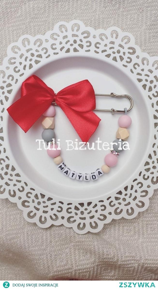Czerwona kokardka agrafka z imieniem by Tuli BiżuteriA
