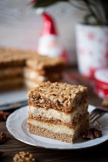 Ciasto o nazwie Orzechowiec to połączenie kruchych, miodowych blatów ciasta, masy budyniowej oraz warstwy orzechowej z lekkim karmelem, do której można użyć orzechów włoskich, l...
