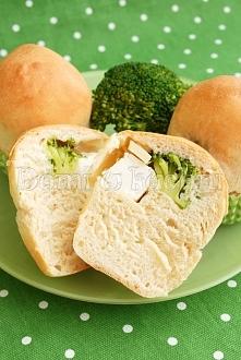 Drożdżowe muffinki z brokułem i serem feta