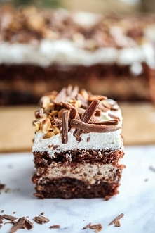 Ciasto Michałek - pyszne i wilgotne czekoladowe ciasto, śmietankowo-kawowa masa z cukierkami Michałki, powidła dla przełamania smaku, a całość została zwieńczona bitą śmietaną, ...