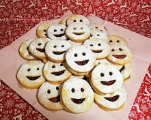 Ciasteczka  z  uśmiechem  . 40 dak. mąki 10 dak . mąki krupczatki 250 dak. masła { średnio zimne} 2 jaka 1 żółtko 1 szkl. cukru pudru szczypta soli Zaczynamy od połączenia wszys...