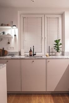Nasze białe żaluzje drewniane 25mm w kuchni Karolina.Pingielska (Instagram). Żaluzje są zamontowane inwazyjnie w świetle szyby. Napisz do nas, jeśli szukasz żaluzji. Doradzamy i...