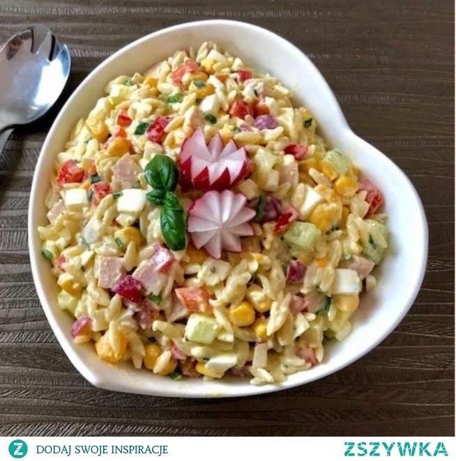 Kolorowa sałatka makaronowa  Składniki:  200g drobnego makaronu (u mnie makaron orzo – w kształcie ryżu)  3 jajka  10 dkg szynki  1 długi ogórek  pęczek rzodkiewek  pęczek szczypiorku  1 szklanka kukurydzy konserwowej  1 czerwona papryka  2 łyżki majonezu  2 łyżka gęstego jogurtu naturalnego  sól i pieprz  1-2 ząbki czosnku    *** Jajka gotujemy na twardo, studzimy, obieramy i kroimy w kostkę. Szynkę, rzodkiewki i ogórka również kroimy w kostkę  *** Szczypiorek dokładnie myjemy, osuszamy i drobno siekamy *** Paprykę czerwoną kroimy w kostkę. Kukurydzę odsączamy z zalewy. Makaron gotujemy według przepisu na opakowaniu ***Majonez mieszamy z jogurtem i przeciśniętym czosnkiem. Do sałatki dodajemy sos majonezowy, mieszamy i doprawiamy do smaku solą oraz pieprzem *** Do czasu podania sałatkę przechowujemy w lodówce *** Smacznego
