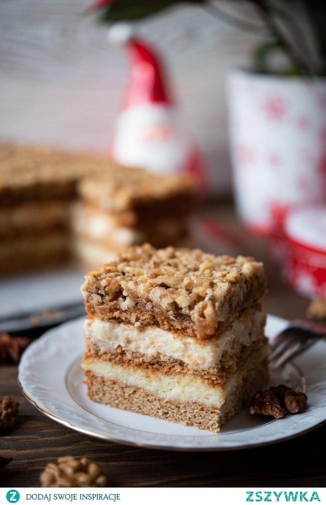 Ciasto o nazwie Orzechowiec to połączenie kruchych, miodowych blatów ciasta, masy budyniowej oraz warstwy orzechowej z lekkim karmelem, do której można użyć orzechów włoskich, laskowych, czy pekan