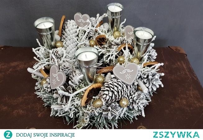 Piękna biała dekoracja świąteczna, ozdobiona naturalnymi  dodatkami ze świecznikami z wymiennymi tealight. Świetna dekoracja stołu, komody ale także biura i innych instytucji.