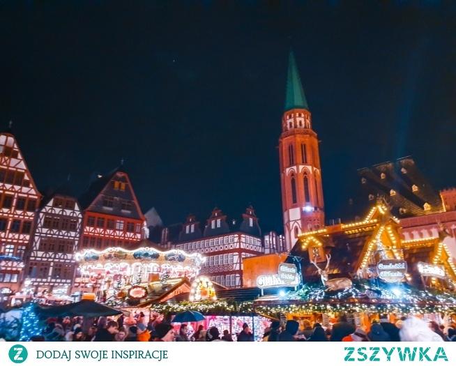 Jarmark świąteczny we Frankfurcie, coś naprawdę pięknego. Warto odwiedzić to miasto o tej porze roku! . instagram => @nieidentyczna