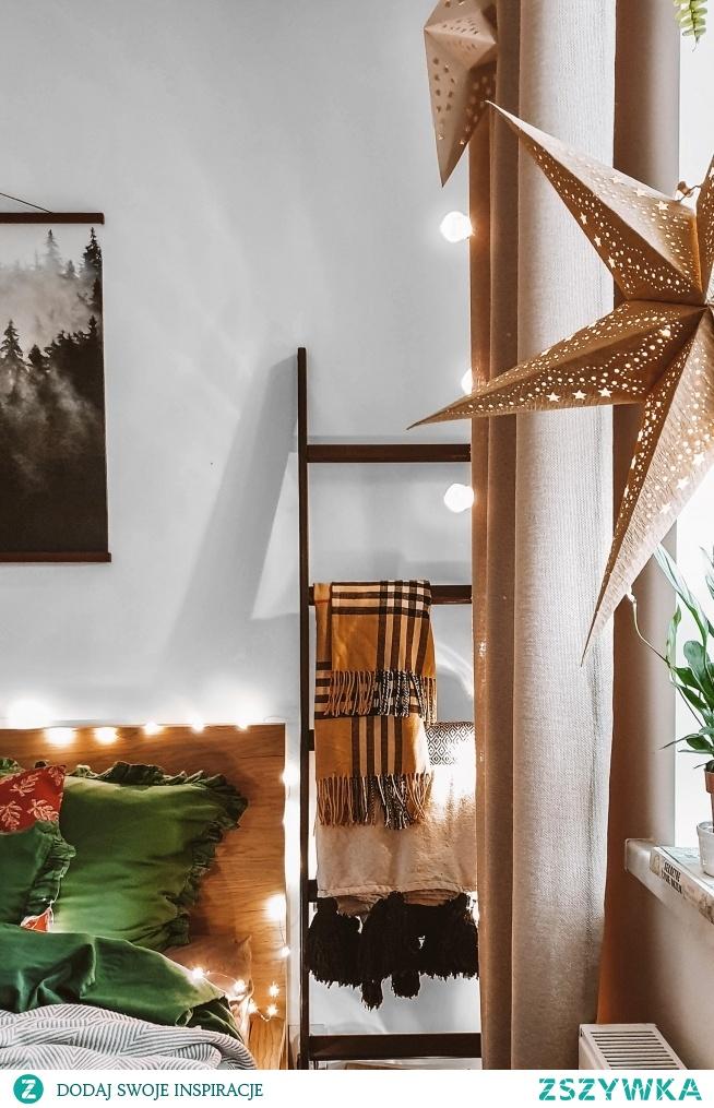 Świąteczna dekoracja sypialni, a w niej dekoracje od Nasze Domowe Pielesze:  - ręcznie robiona drabinka Smukła Bronka  - zasłony szyte na wymiar w materiale Mieszkanie Marzeń 14  - pościel z materiałów polskiego producenta, szyta w Polskie -  Sen o Lesie