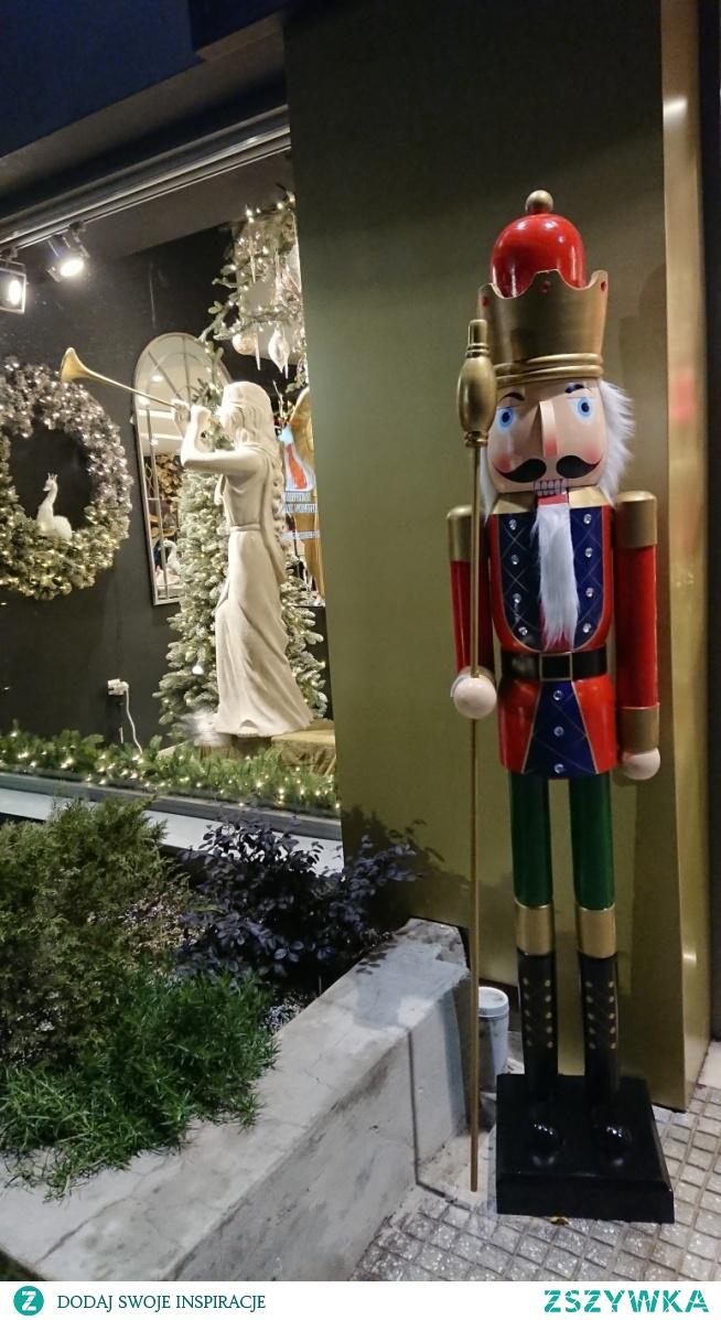 Dziadek do orzechów a w tle anioł grający na trąbce pojawił się świątecznie ☆