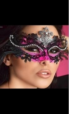 Zabawa karnawałowa może być wspaniałą przygodą. Gdy zasłonisz twarz maską możesz stać się kim tylko zechcesz.  Maska to tajemnica, ekscytująca niewiadoma. Zobacz jak prosto na b...