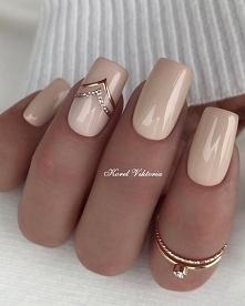 Beżowe paznokcie z błyszczącym akcentem to propozycja która sprawdzi się zaws...
