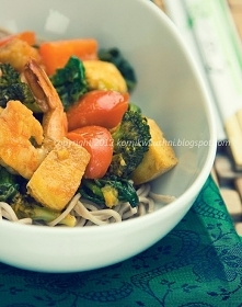 Soba z warzywami, tofu i kr...