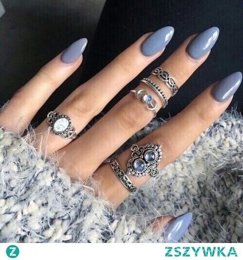 Paznokcie - niby zwyczajne, ale z pierścionkami wyglądają super. Ps to mój ulubiony kolor :)