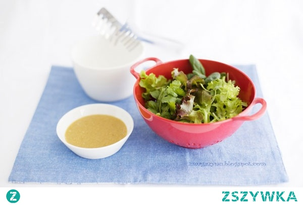 Piniowo-musztardowy sos do sałaty