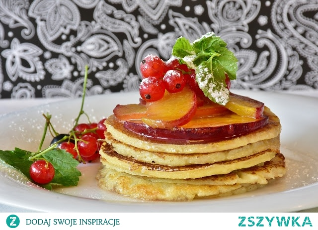 Owsiany omlet z brzoskwinią WARTOŚCI ODŻYWCZE: Energia: 610 kcal Białko: 29 g Tłuszcz: 26 g Węglowodany: 66 g SKŁADNIKI: Płatki owsiane - 3 łyżki (30 g) Mąka pełnoziarnista - 0,25 szklanki (35 g) Jaja - 3 średnie (150 g) Oliwa z oliwek - 1 łyżka (7 g) Jogurt naturalny 2% - 2 łyżki (45 g) Miód pszczeli - 0,5 łyżeczki (7 g) Brzoskwinia - 2 średnie sztuki (140 g) SPOSÓB PRZYGOTOWANIA: 1. Płatki owsiane zalej wrzątkiem według instrukcji na opakowaniu. 2. Oddziel białko od żółtka, a następnie ubij na sztywną pianę. 3. Do przygotowanych płatków owsianych dodaj mąkę żytnią i wymieszaj z żółtkami oraz jogurtem. 4. Uzyskaną masę dodaj do ubitych białek. 5. Na patelni rozgrzej oliwę z oliwek. 6. Ciasto smaż na rozgrzanej patelni pod przykryciem. 7. Omlet podawaj posmarowany miodem z pokrojoną w kostkę brzoskwinią.  więcej przepisów KLIKNIJ W ZDJĘCIE